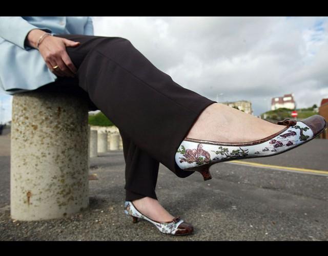 Cũng trong năm 2004, bà trưng diện mẫu giày mới nhất với họa tiết tinh tế. Không khó để nhận ra, cách đây hơn 1 thập kỷ, style giày dép của tân Thủ tương Anh đã rất chất.