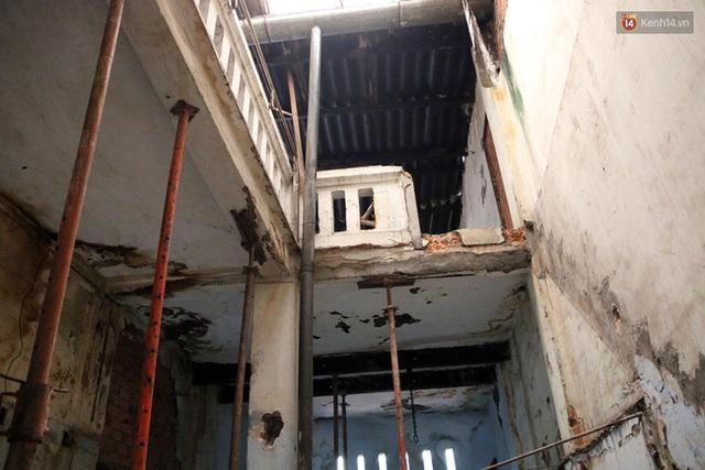 Người dân sống trong nhà cổ phải dùng tạm những thanh sắt để chống đỡ vì sợ sập.