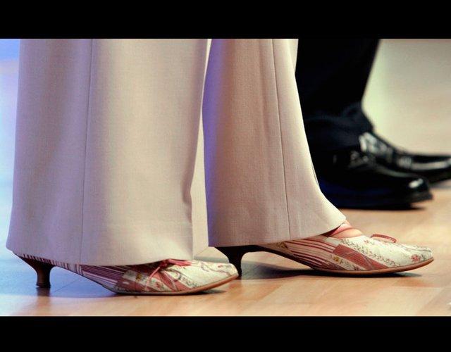 Đôi giày đế thấp mà tân Thủ tướng Anh từng mang tại cuộc họp báo sáng 22/4/2005.