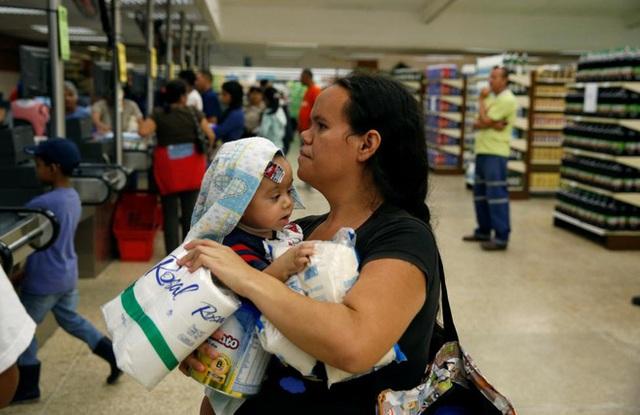 Khủng hoảng kinh tế được cho là xuất phát từ các biện pháp quản lý sai lầm đã khiến đời sống của người dân Venezuela ngày càng khó khăn. Đi siêu thị trở thành một trong những công việc đầy vất vả thậm chí là nguy hiểm - Ảnh: Reuters.