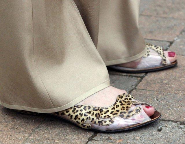 Bà khoe đôi giày đặc biệt trong khi chờ đợi nhà lãnh đạo của Đảng Bảo thủ - David Cameron - tại diễn đàn mùa xuân ngày 26/4/2009.
