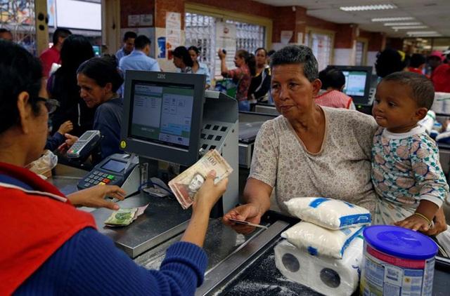 Những mặt hàng thiết yếu như vệ sinh, sữa bột trẻ em... đang khan hiếm trầm trọng ở Venezuela - Ảnh: Reuters.