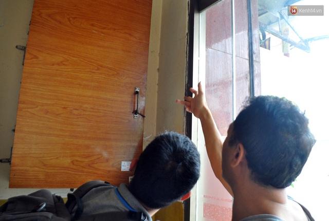 Vách tường gần cửa ra vào bị rộp nên người dân dùng ván ép ốp lên.