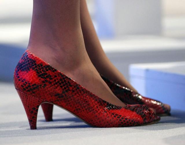 Đôi giày da màu đỏ đầy ấn tượng của cựu Bộ trưởng bộ Ngoại giao Theresa May khi cùng đoàn đại biểu tham dự Hội nghị Đảng Bảo thủ ngày 5/10/2009.