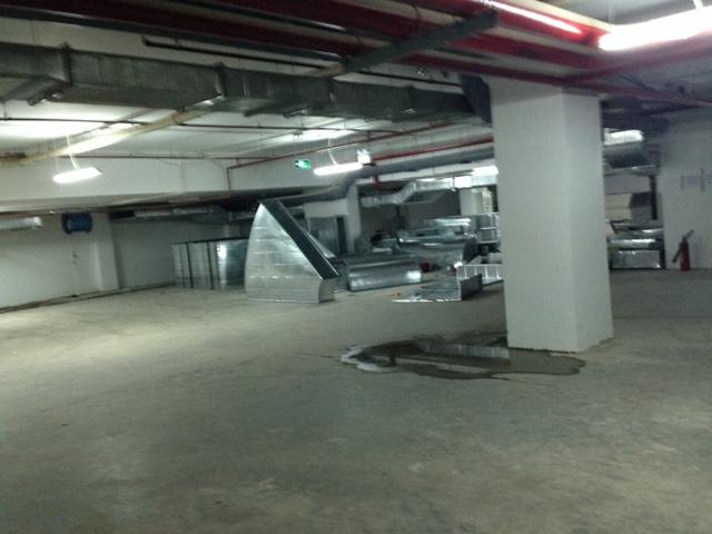 Mặc dù đã được bàn giao đi vào hoạt động nhưng hệ thống thông gió, thông khí vẫn đang dang dở. (ảnh dưới tầng hầm toà nhà).