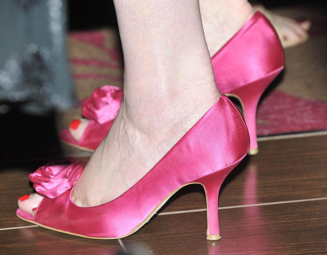Năm 2010, nữ Thủ tướng thứ 2 của Anh chọn đôi giày cao gót màu hồng đầy thanh lịch đồng hành cùng mình.