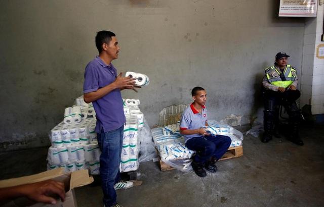 Nhân viên một siêu thị ở Caracas đang kiểm hàng - Ảnh: Reuters.