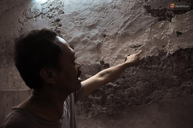 Ông Hà chỉ vào vào bức tường bị bong tróc trầm trọng.