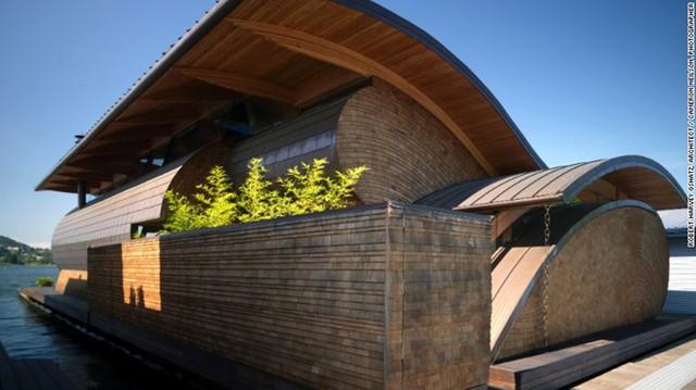Randall T. Fennell, Portland: Được làm từ gỗ tuyết tùng đỏ, Randall T. Fennell nằm duyên dáng bên dòng sông Willamette ở Portland, Oregon. Mái nhà được chạm khắc tạo những đường cong như sóng nước khiến ngôi nhà trở nên bắt mắt và thu hút.