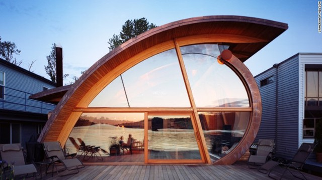 Những chiếc xà và rầm được thêm vào trong thiết kế cùng phần mái gỗ được uốn cong tinh tế. Riêng boong tàu dẫn tới sân trong ngoài trời với vị trí tuyệt vời để chiêm ngưỡng cảnh hoàng hôn.
