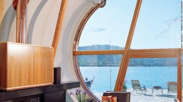 Không gian bên trong ngôi nhà rộng 200 mét vuông với thiết kế như hình cánh buồm và những bức tường trắng. Một cửa sổ lớn từ sàn nhà tới trần nhà giúp người sống trong đó có thể ngắm khung cảnh trên sông.