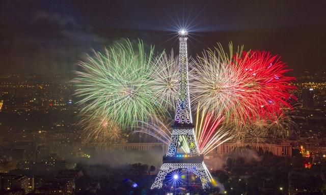 Pháo hoa thắp sáng nước Pháp ngày Quốc khánh (Ảnh: Internet)