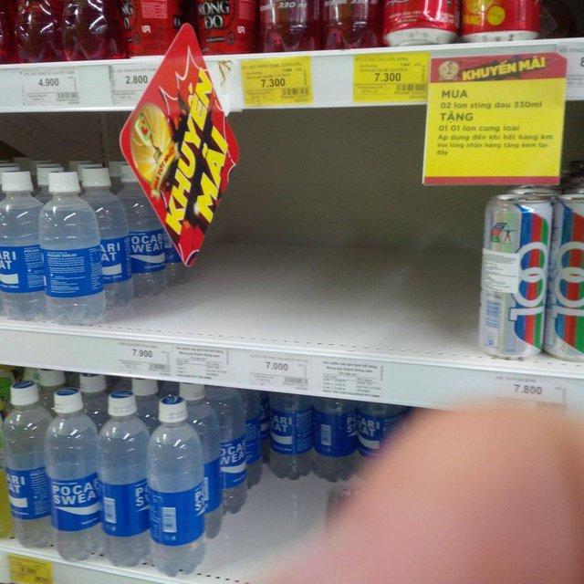 Chỗ trưng bày nước uống vận động Aquarius (chai PET) ở Big C đã trống không. Ảnh: M.Đ