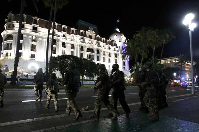 Binh lính Pháp tăng cường tuần tra trên phố sau vụ khủng bố khiến ít nhất 80 người bị giết ở Nice, Pháp khi một chiếc xe tải đâm thẳng vào đám đông đang xem pháo hoa trong ngày lễ Quốc khánh ngày 14/7/2016. Ảnh: ERIC GAILLARD/REUTERS.