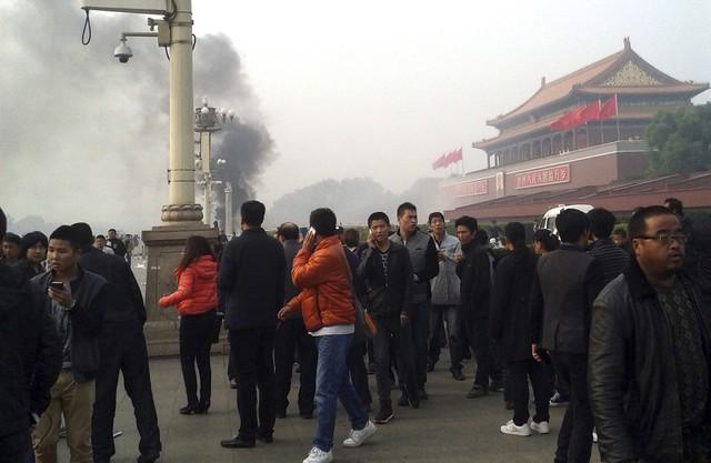 Người dân bàng hoàng sau vụ tấn công tại Quảng trường Thiên An Môn. Ảnh: Reuters.