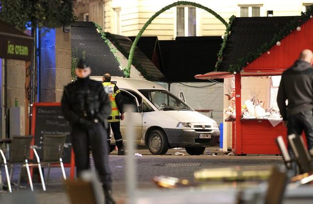 Quan chức cảnh sát giám sát chiếc xe là tang vật gây ra vụ tấn công vào khu chợ ở Nantes miền Tây nước Pháp. Ảnh: AP