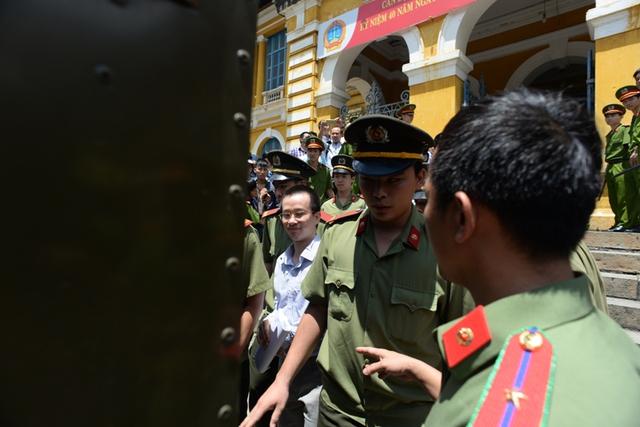 Mai Hữu Khương đi ra xe chuyên dụng cùng với một tập tài liệu trên tay như lúc xuất hiện đầu phiên tòa.