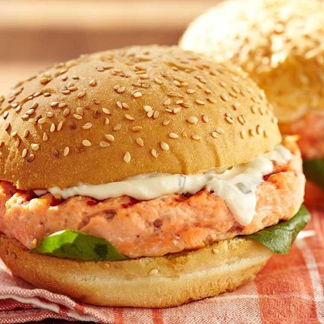 Burger cá hồi nướng là sự lựa chọn tuyệt vời sau buổi sáng làm việc căng thẳng.
