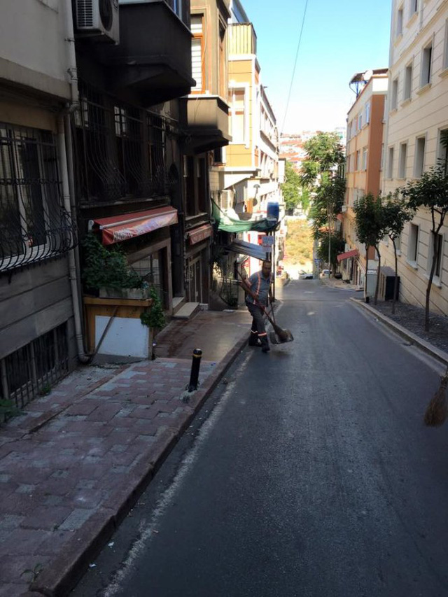 Góc phố Istanbul sáng 16-7 chỉ có người lao công quét rác - Ảnh: Phạm Sanh Châu