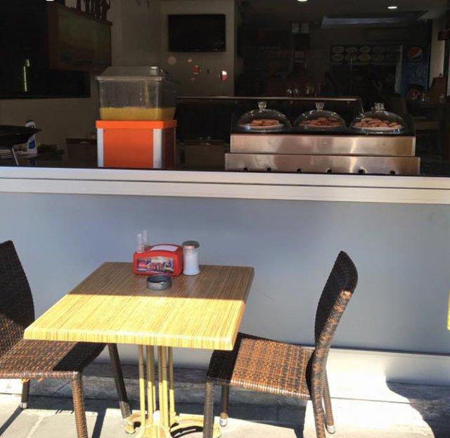 Một quán cà phê ở Istanbul không một bóng người - Ảnh: Phạm Sanh Châu