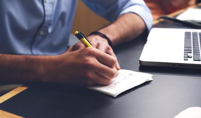 Ghi lại thành tích công việc vào nhật ký giúp bạn thư giãn hơn vào thời gian cuối ngày.