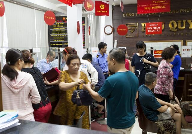 Đa số khách hàng phải ngồi chờ vì nhân viên phục vụ giao dịch không kịp.