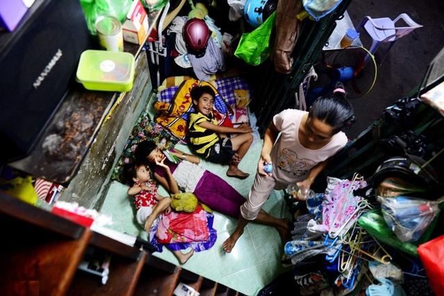 Nằm nép mình dưới chân cầu Chánh Hưng (quận 8, TPHCM) là ngôi nhà siêu nhỏ hình tam giác chỉ 2m2, nơi vợ chồng anh Nguyễn Phi Vũ cùng 3 người con sinh sống.