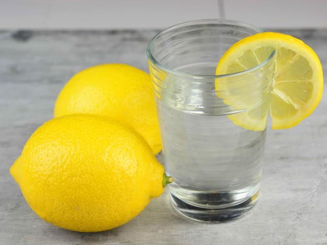 Nước chanh ấm là thức uống tuyệt vời để bắt đầu một ngày mới.