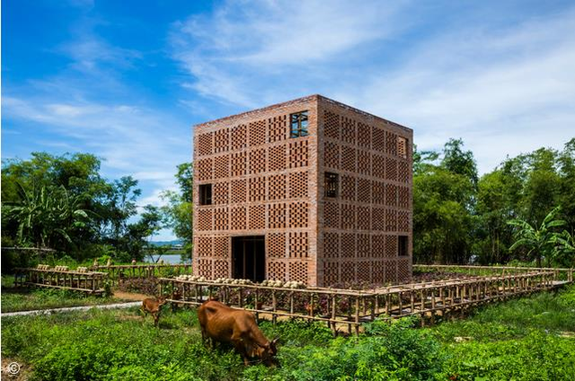 Toàn cảnh căn nhà nằm cạnh dòng sông Thu Bồn của nghệ nhân gốm nổi tiếng Lê Đức Hạ.