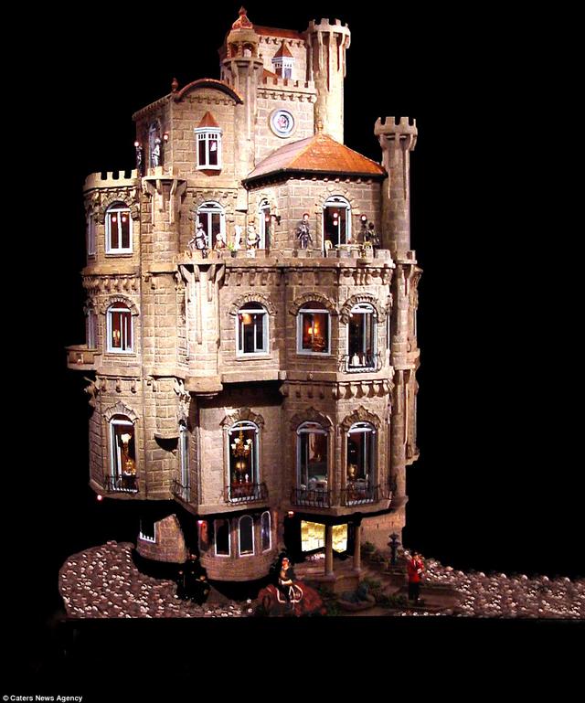 Toàn cảnh Lâu đài búp bê mang tên Astolat Dollhouse Castle nhìn từ bên ngoài.