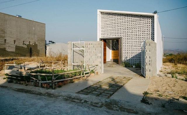 Nhìn bề ngoài ngôi nhà trông khá sơ sài với bức tường phía trước xây bằng gạch.thông gió.