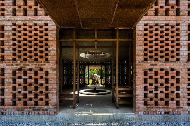 Nằm trên mảnh đất thuộc Vương Quốc Chăm Pa xưa, căn nhà này cũng mang hơi hướng của nền văn hóa Chăm Pa.