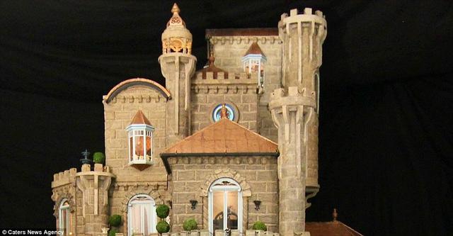 Lâu đài nặng hơn 400 kg, có 7 tầng, 29 phòng và một tòa tháp nghệ thuật.
