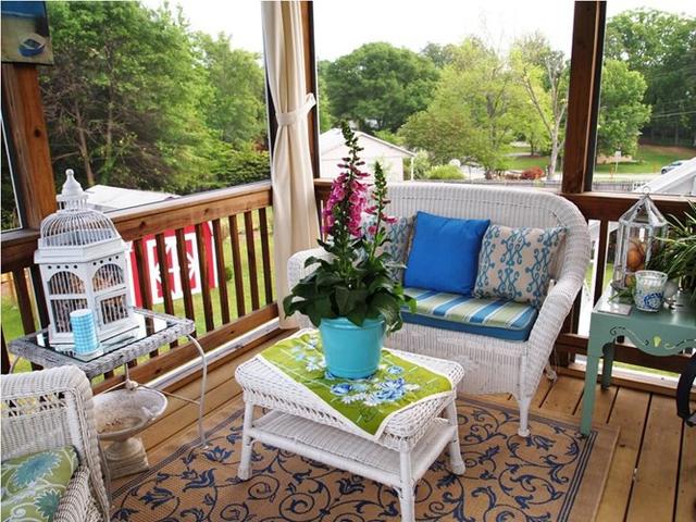 Với những hiên nhà khiêm tốn diện tích, bạn nên chọn những bộ bàn ghế kiểu dáng đơn giản, thanh mảnh sẽ mang đến cái nhìn thông thoáng, thoải mái hơn.