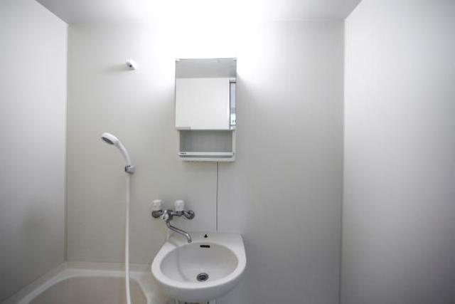 Phòng tắm tối giản hết cỡ.