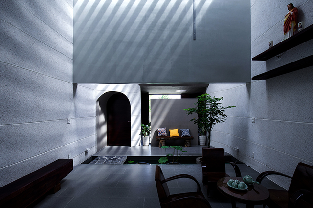 Không gian phòng khách yên bình với hồ sen nước nhỏ bên cạnh.