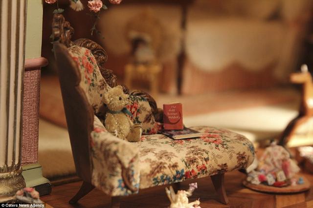 Những món đồ nội thất bên trong đều được làm thủ công vô cùng tỉ mỉ.