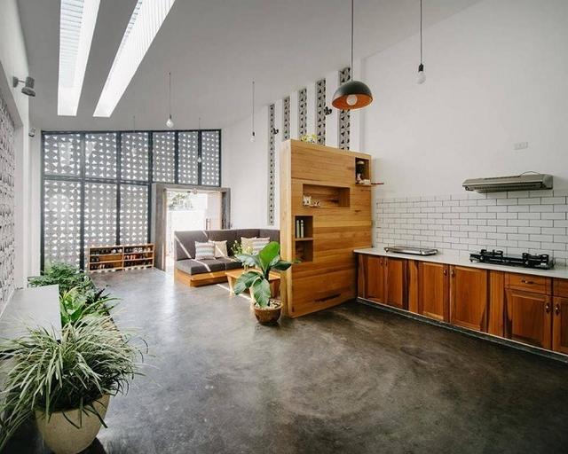 Không gian bếp và phòng khách vô cùng thông thoáng được ngăn cách bởi một chiếc tủ gỗ đa năng.