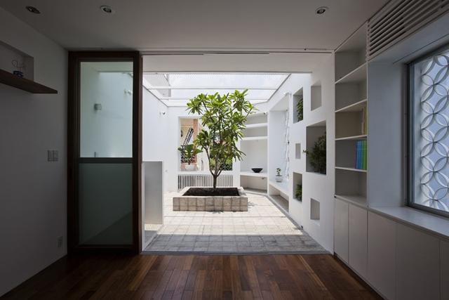 Toàn bộ cửa sổ và sân thượng được bố trí hệ thống lưới sắt vừa bảo đảm an ninh vừa tạo cảm giác yên tâm cho người sử dụng.