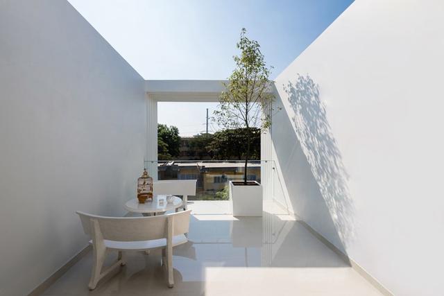 Khu vực tầng thượng với bàn trà và cây xanh thêm một không gian thư giãn tuyệt vời.