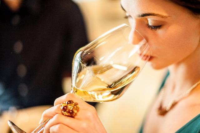 Nồng độ axit cao trong rượu vang ảnh hưởng tới lớp bảo vệ răng. Mọi chuyện trở nên tồi tệ hơn khi bạn đánh răng ngay sau đó.