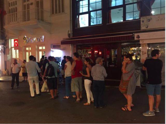 Hàng dài người xếp hàng trước những cây ATM. Ảnh: Twitter NV