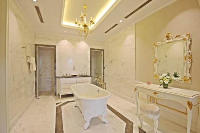 Các họa tiết chạm trổ ở phòng tắm cũng được dát vàng, phòng rộng rãi sang trọng, toàn bộ được ốp bằng đá Marble nhập khẩu từ Tây Ban Nha và Brazil
