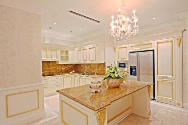Phòng bếp được làm tinh sảo với các thiết bị nhập khẩu từ Italia. Vàng, bạc được dát lên các họa tiết chạm trổ trông rất sang trọng. Được biết, riêng bộ tủ bếp của căn hộ đã có giá tới 1,5 tỷ đồng.