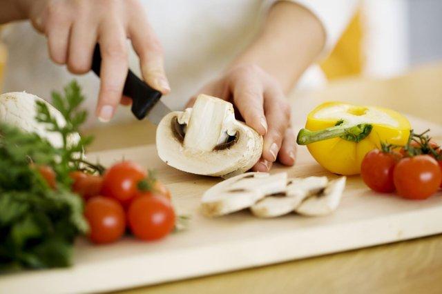 Nấu nướng tại nhà giúp bạn kiểm soát và chọn lọc những thực phẩm tốt để nạp vào cơ thể.