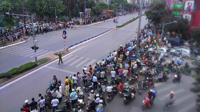 Người Hà Nội đứng chật kín đường chờ Tổng thống Obama đi qua
