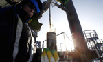 Nguồn cung giảm đẩy giá dầu lên sát mức 50 USD/thùng