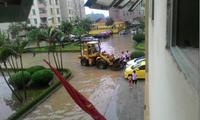 Ngập nặng, dân chung cư được xe cẩu, xe xúc chuyển ra khỏi nhà